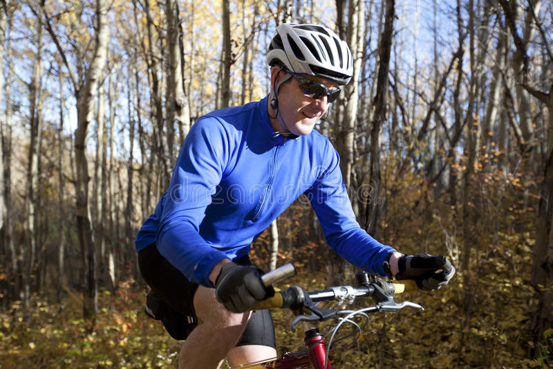 Biking della montagna dell'uomo immagine stock