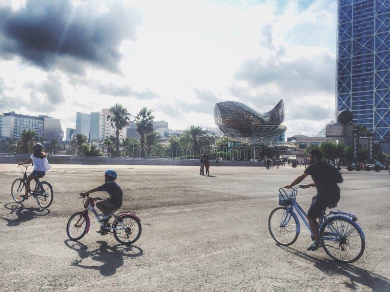 Biking em Barcelona imagem de stock