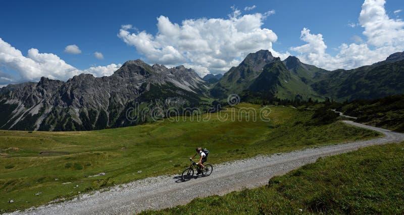 Biking em Lechquellengebirge, Áustria imagens de stock
