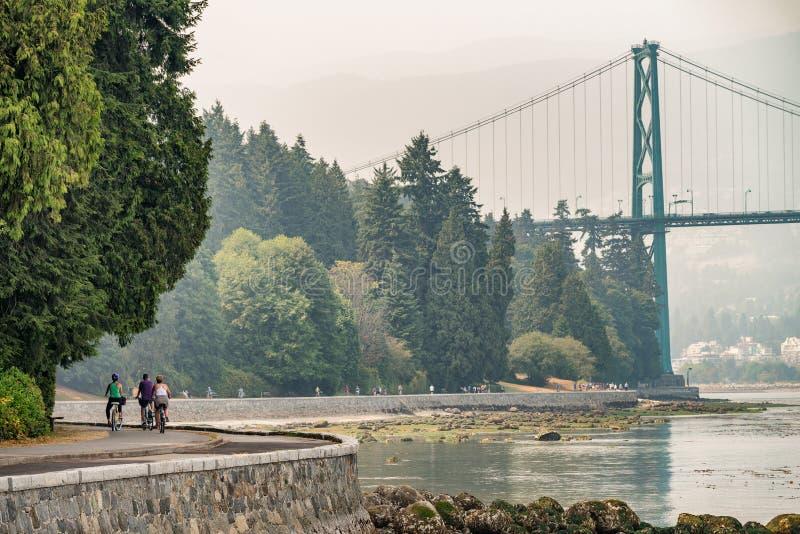 Biking langs Stanley Park in Vancouver, Canada royalty-vrije stock foto