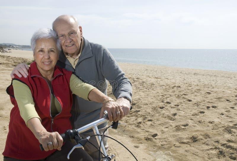 Biking maggiore attivo delle coppie immagine stock libera da diritti