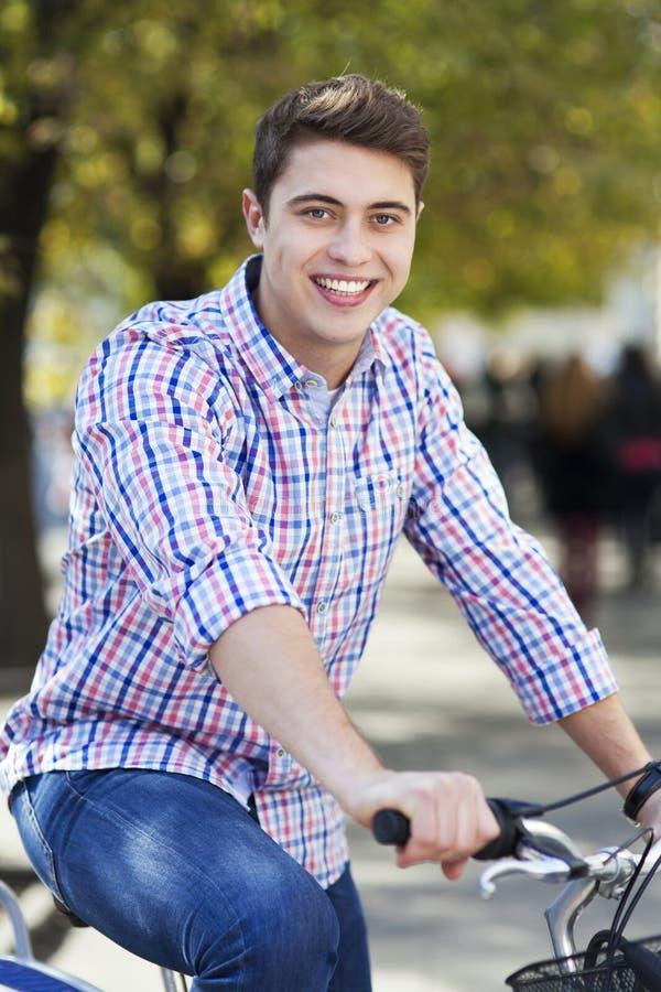 Biking na cidade foto de stock