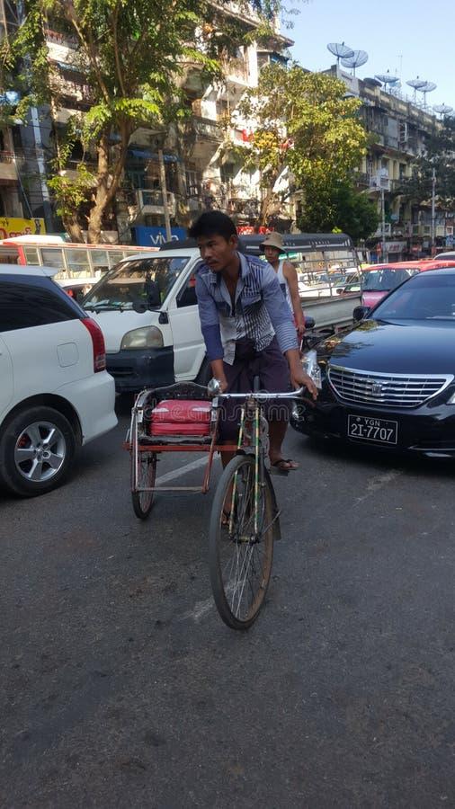 Biking nas ruas de Myanmar fotografia de stock royalty free