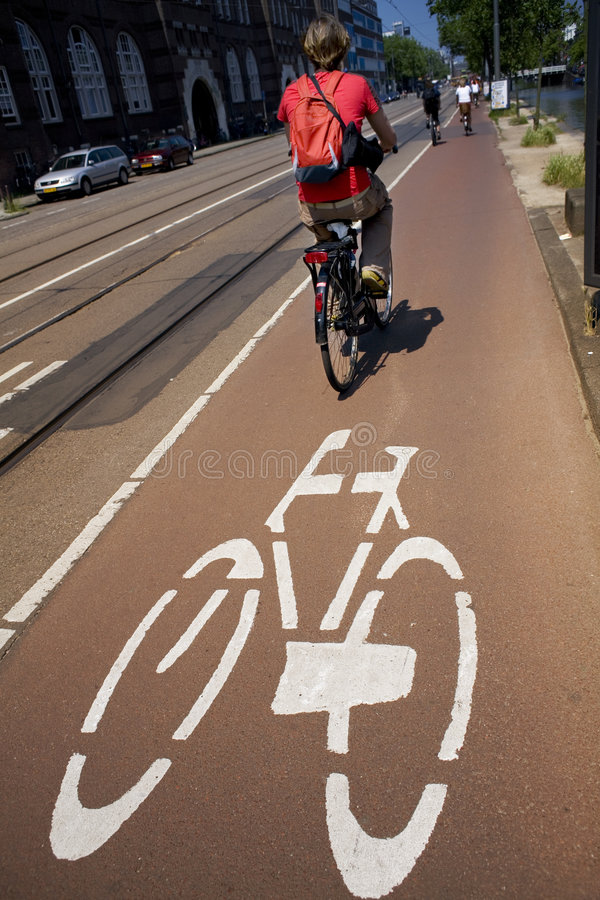 Biking nella città fotografia stock