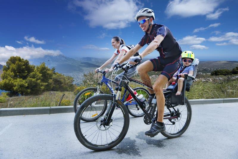 Biking op een bergweg stock afbeeldingen