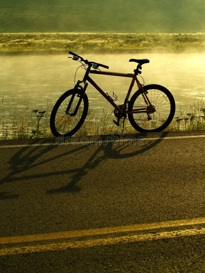 Biking sul Lakeshore immagine stock