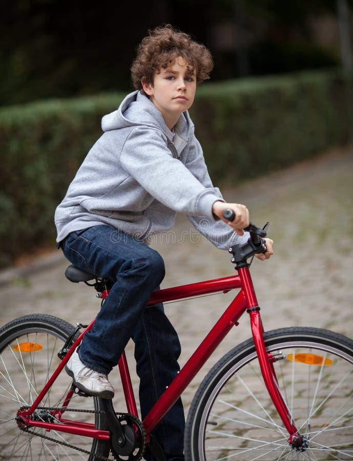 Biking urbano - adolescente e bicicleta na cidade imagem de stock