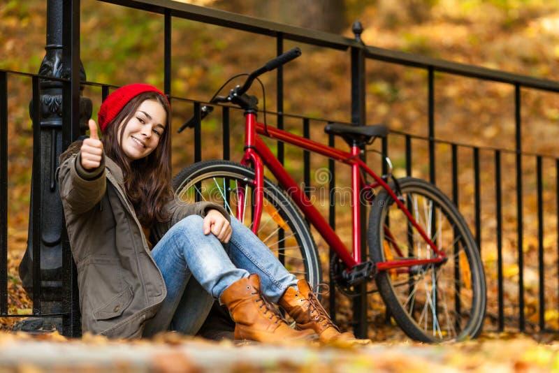 Biking urbano - adolescente e bicicleta na cidade fotografia de stock royalty free