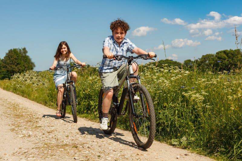 Biking urbano - crianças que montam bicicletas foto de stock