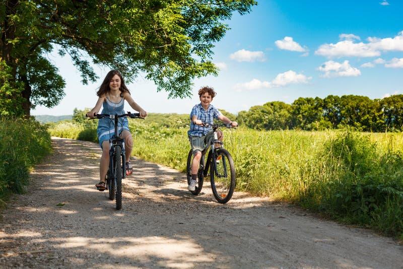 Biking urbano - crianças que montam bicicletas fotografia de stock