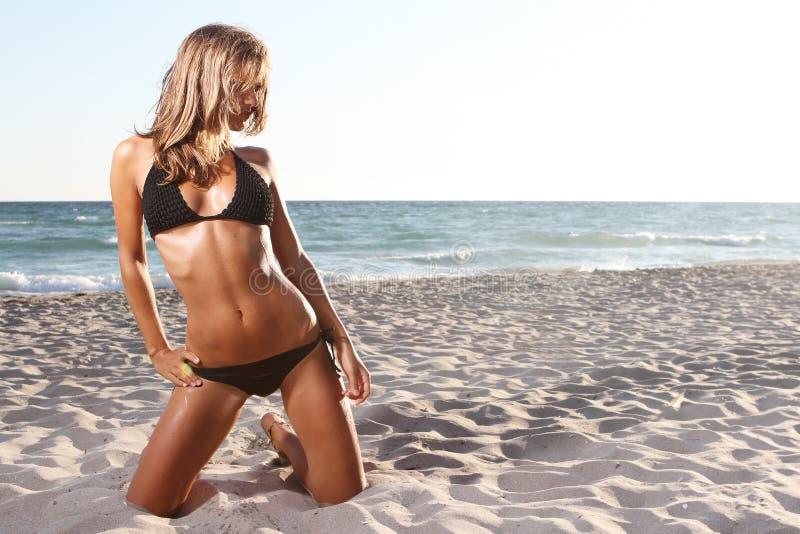 bikini ανασκόπησης γυναίκα θάλ& στοκ εικόνα με δικαίωμα ελεύθερης χρήσης