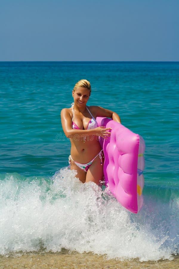 bikini κορίτσι διογκώσιμο στοκ φωτογραφίες