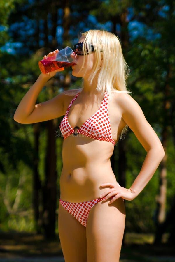 bikini κορίτσι ποτών κοκτέιλ στοκ εικόνες με δικαίωμα ελεύθερης χρήσης
