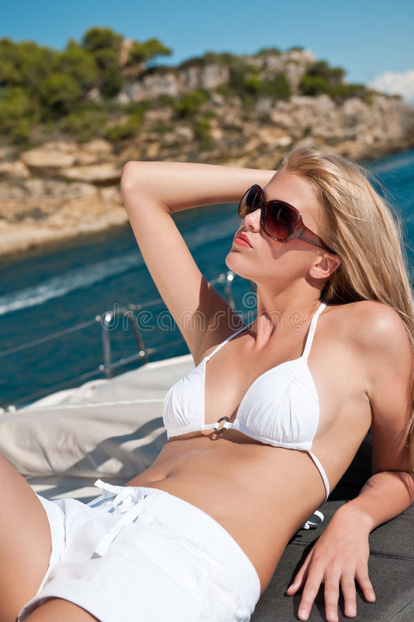 bikini ξανθό γιοτ γυναικών ηλι&omicr στοκ εικόνα