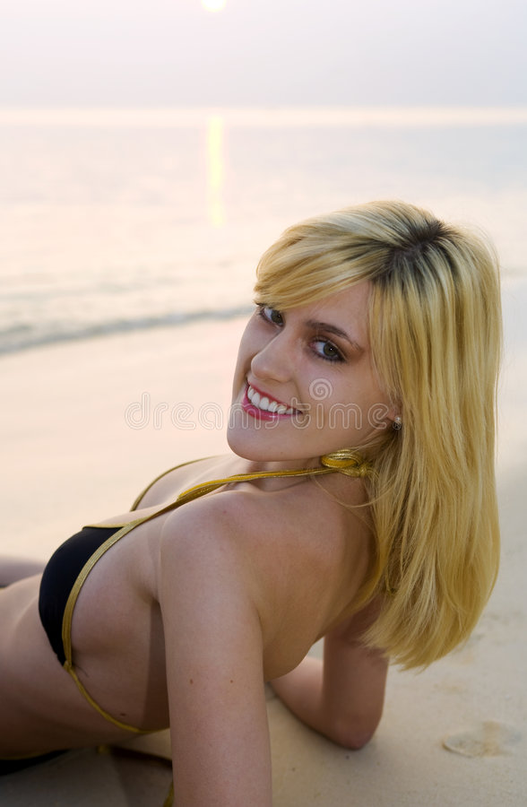 bikini παραλιών ξανθή ανατολή κοριτσιών στοκ φωτογραφίες με δικαίωμα ελεύθερης χρήσης