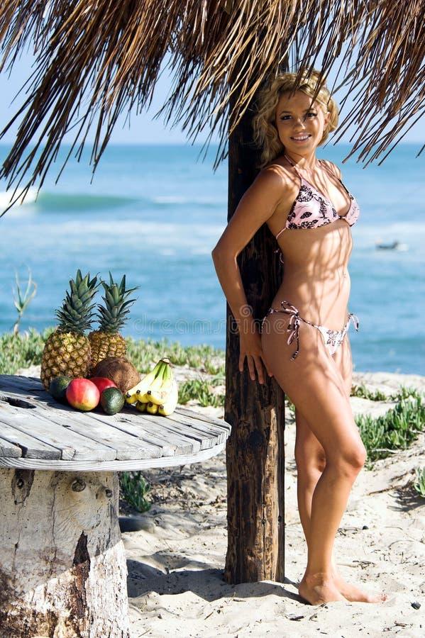 bikini παραλιών ξανθό στοκ φωτογραφία με δικαίωμα ελεύθερης χρήσης