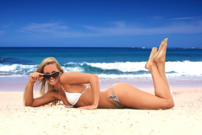 bikini παραλιών προκλητικές νεολαίες γυναικών στοκ εικόνα