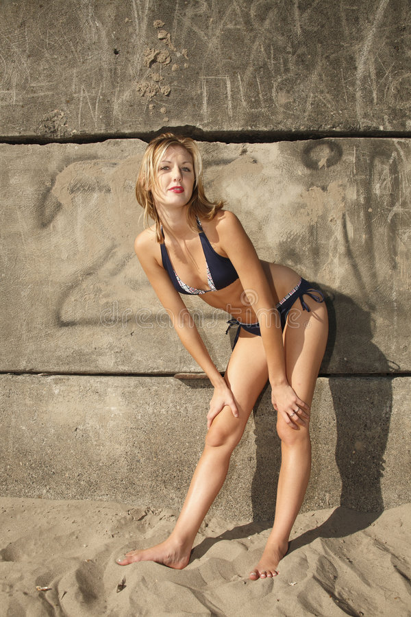 bikini όμορφο μπανιερό που φορά &tau στοκ εικόνες
