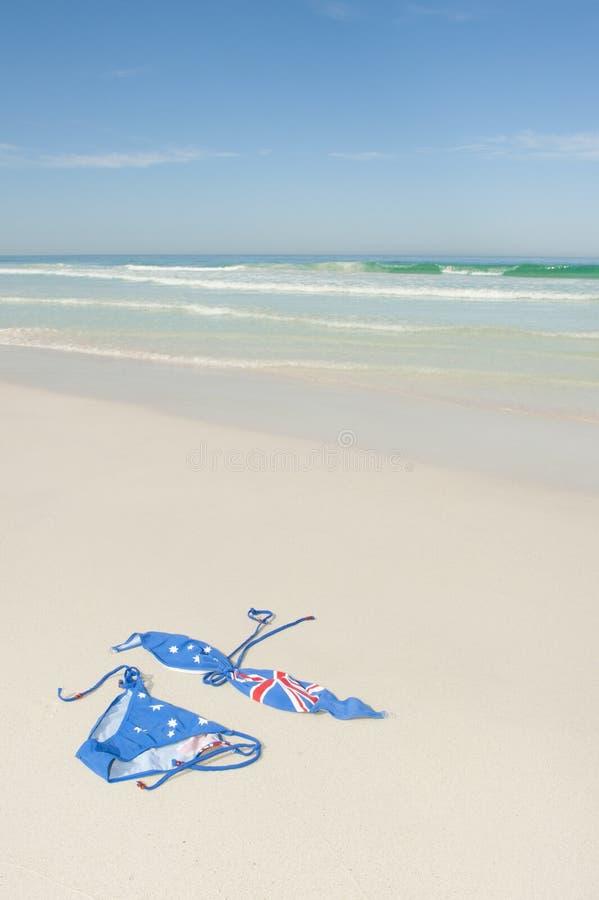 Bikini alla destinazione tropicale di festa della spiaggia - Alla colorazione della spiaggia ...