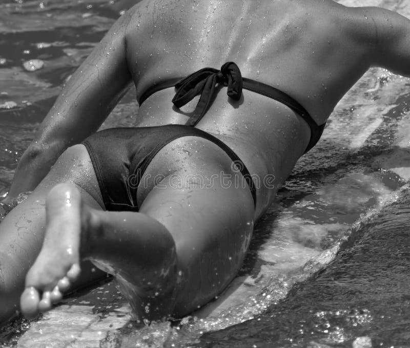 Bikini atractivo que practica surf Hawaii imagen de archivo libre de regalías