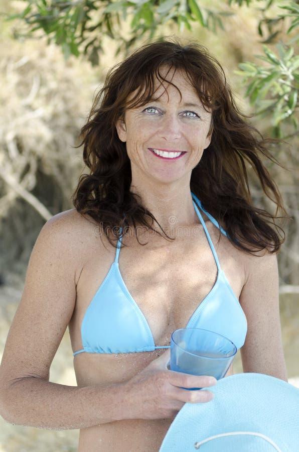 Bikini da portare sorridente felice della donna matura fotografia stock libera da diritti