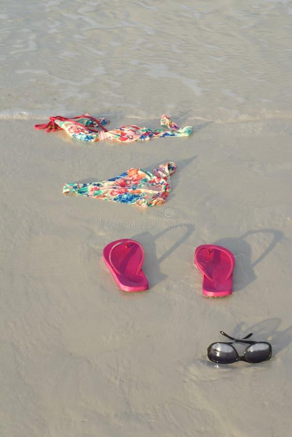 Bikini de plongement maigre sur la plage image stock