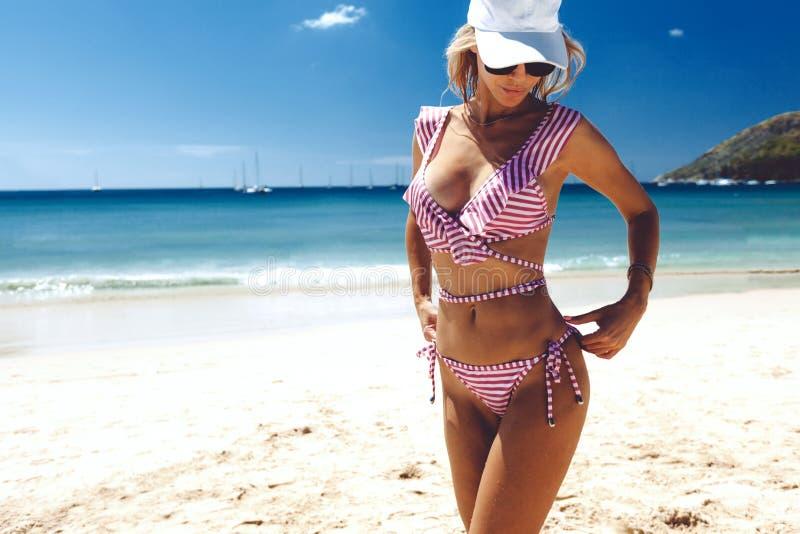 Bikini de port modèle de mode posant sur la plage photographie stock libre de droits