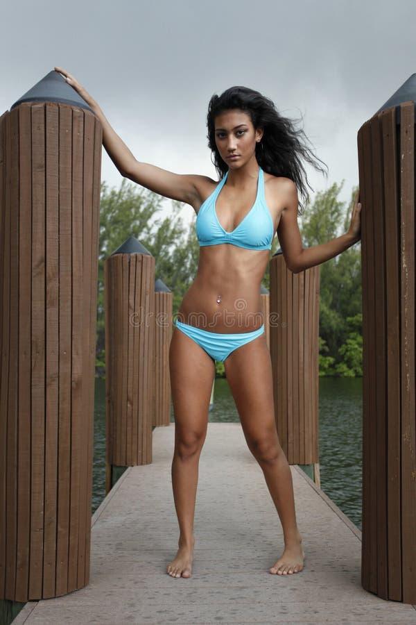 Bikini del turchese su un bacino immagine stock