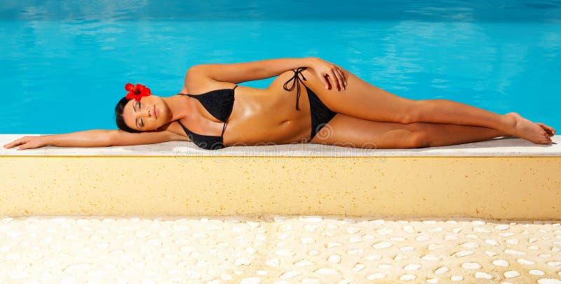 Bikini in der Tätigkeit lizenzfreie stockfotos