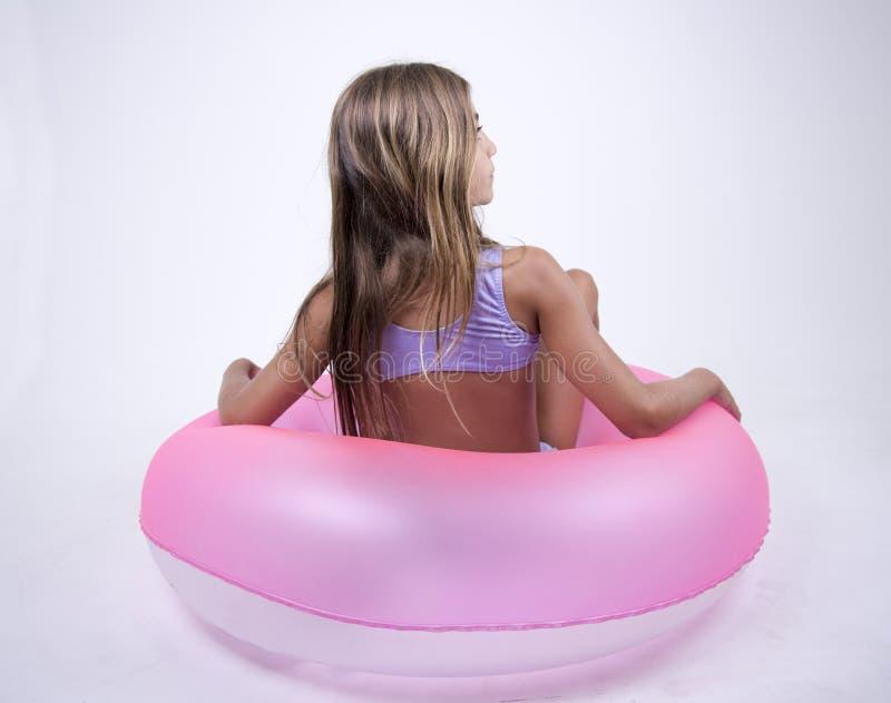 Bikini dziewczyna na pławiku na ona z powrotem fotografia stock