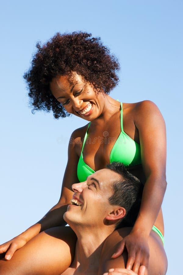 bikini dziewczyny mężczyzna brać na swoje barki siedzącego lato fotografia stock