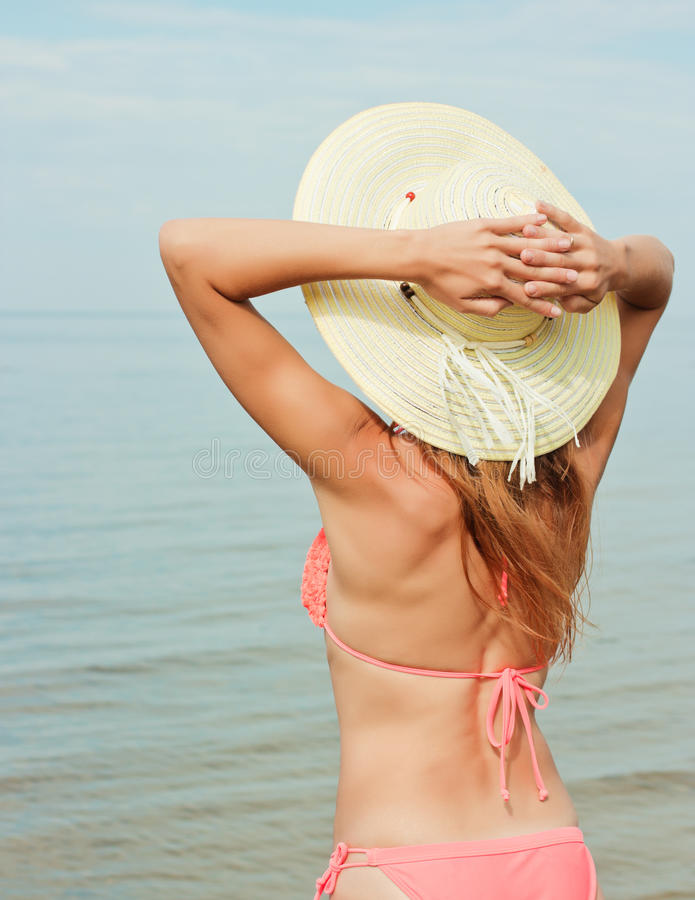 Bikini et chapeau de port de fille photos stock