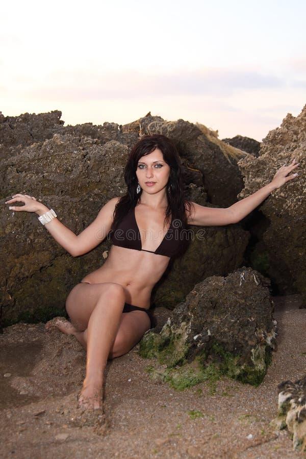 bikini frontowej dziewczyny ładny skał nadmorski obraz royalty free
