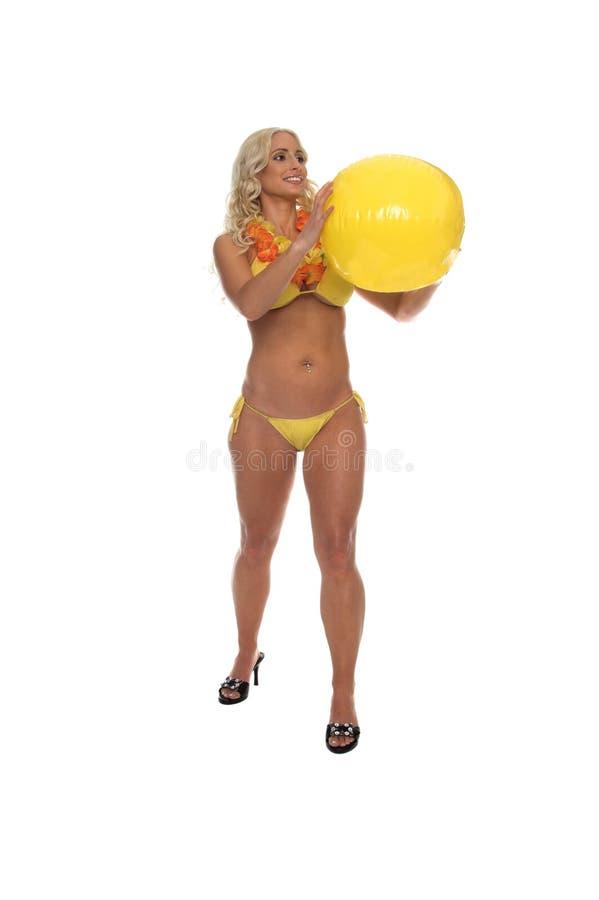 Bikini giallo biondo della sfera di spiaggia fotografia stock