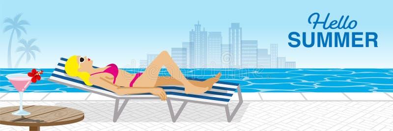 """Bikini kobiety łgarski puszek na bryczki krześle w kurortu basenie, boczny widok - Zawierać słowa """"Hello lato zdjęcie royalty free"""