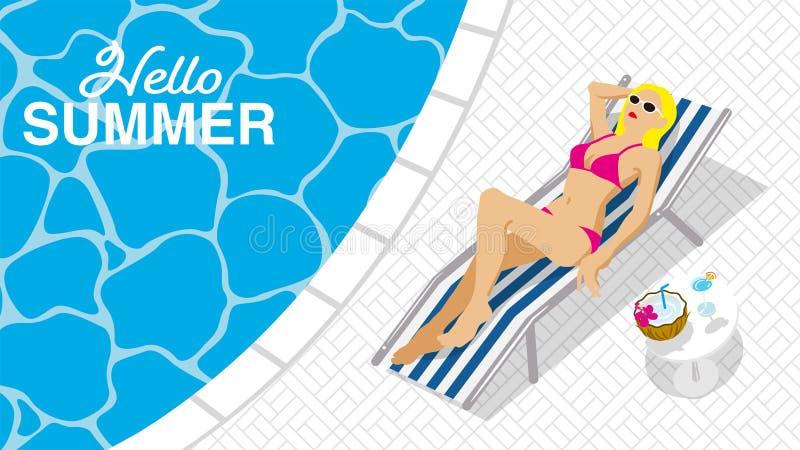 """Bikini kobiety łgarski puszek na bryczki krześle w kurortu basenie, odgórny widok - Zawierać słowa """"Hello lato obrazy stock"""