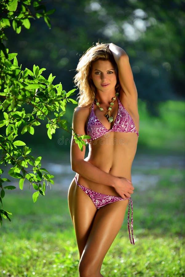 Bikini model pozuje dosyć przy tropikalnym lasem zdjęcie stock