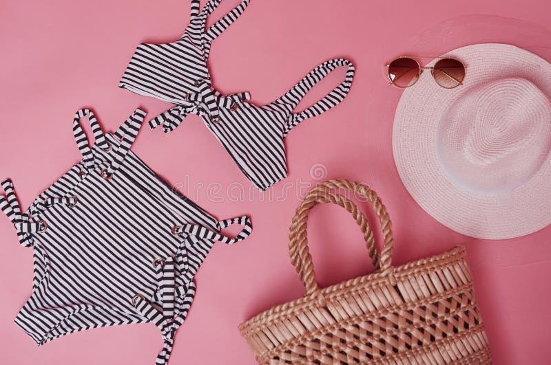 Bikini na mesa cor-de-rosa Grupo de objetos para viagens e férias imagens de stock royalty free