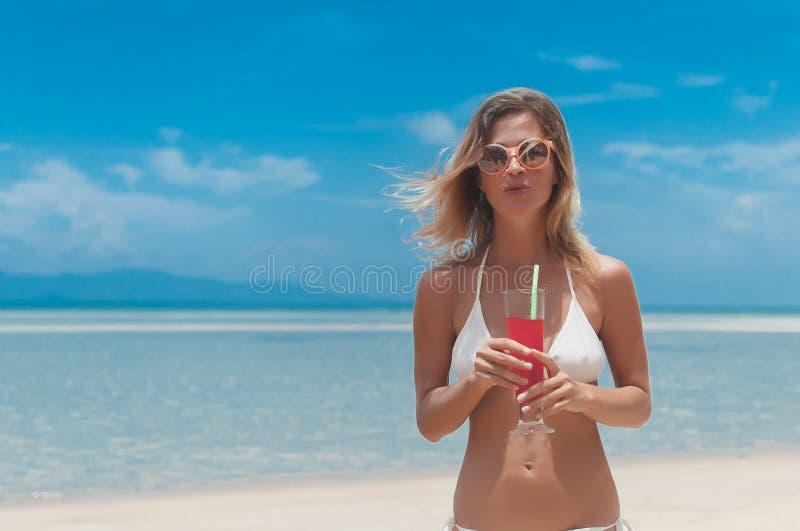 bikini napoju dziewczyny soku plenerowa słoma obraz royalty free