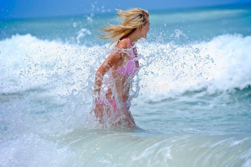 Bikini pływacka dziewczyna obrazy stock
