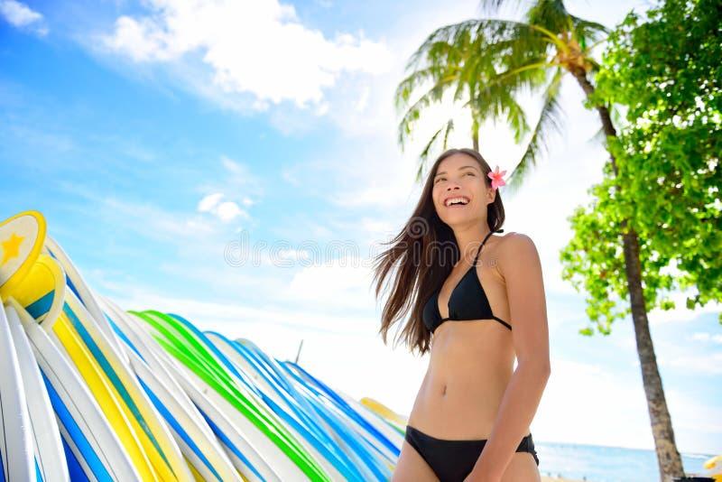 Bikini plażowa kobieta przy surfboards kipieli do wynajęcia sklepem obrazy royalty free