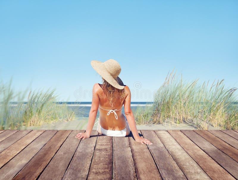 Bikini que lleva de la mujer en vacaciones de verano fotografía de archivo