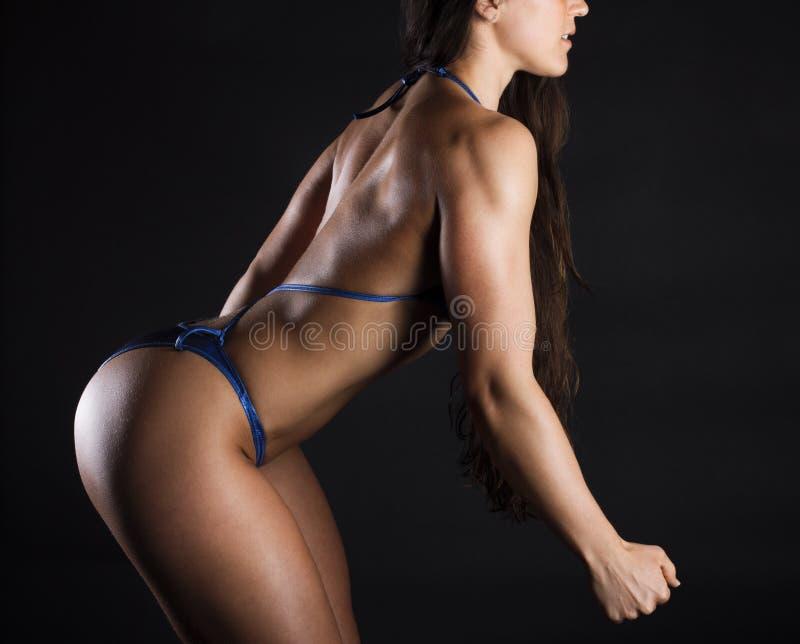 Bikini s'usant et pose de fille images stock