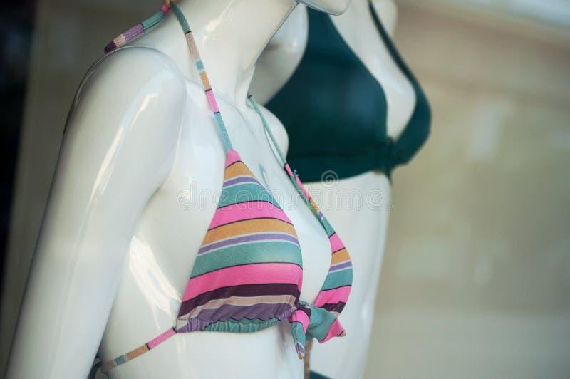 bikini scattato rosa sul manichino nella sala d'esposizione del deposito di modo per le donne fotografie stock libere da diritti