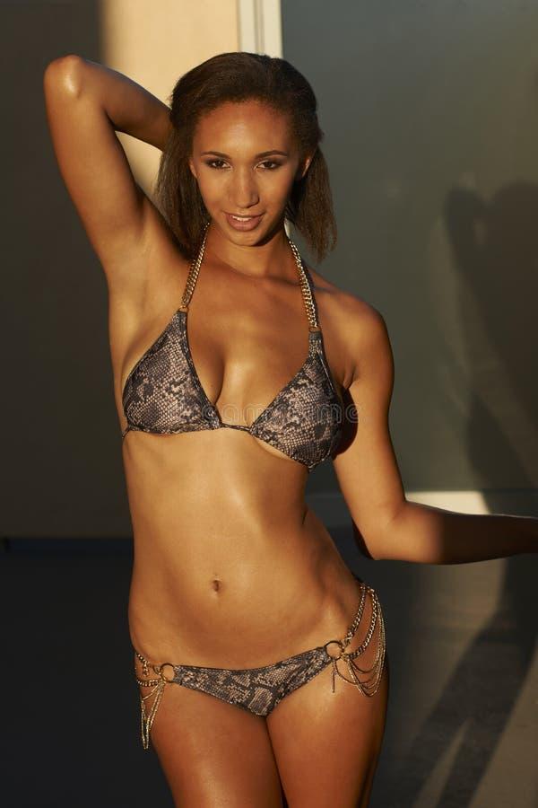 Bikini-Schönheit draußen lizenzfreie stockfotos