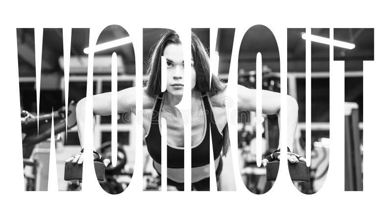 Bikini sprawności fizycznej dziewczyna pracująca z dumbbells out Atlety kobieta w sportswear robi ćwiczeniu w gym Motywacja znak zdjęcie stock
