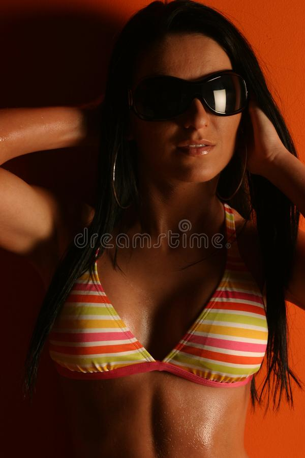 Bikini a strisce d'uso della donna immagini stock