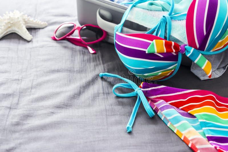 Bikini variopinto sul letto immagine stock libera da diritti