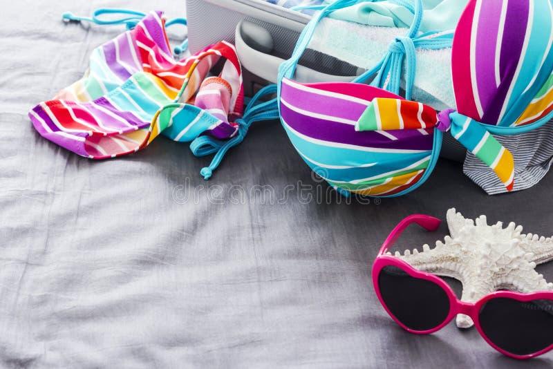 Bikini variopinto sul letto immagini stock