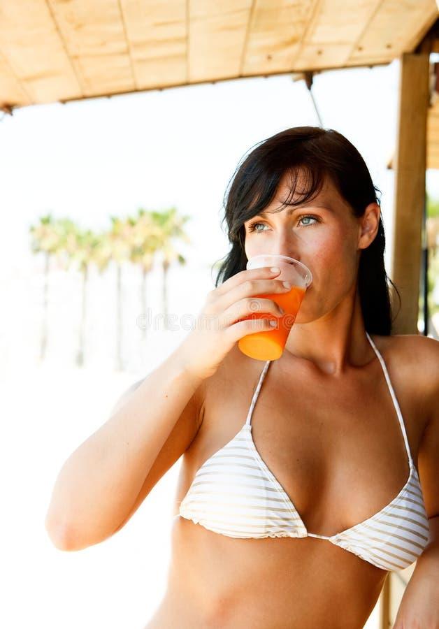 bikinicoctailkvinna arkivbilder